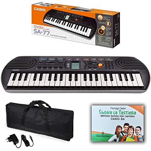 """Kit Pianola Tastiera Casio SA 77 (fondo Grigio) con Borsa (con 2 maniglie), Alimentatore e Metodo Rapido """"Suona la Tastiera"""""""