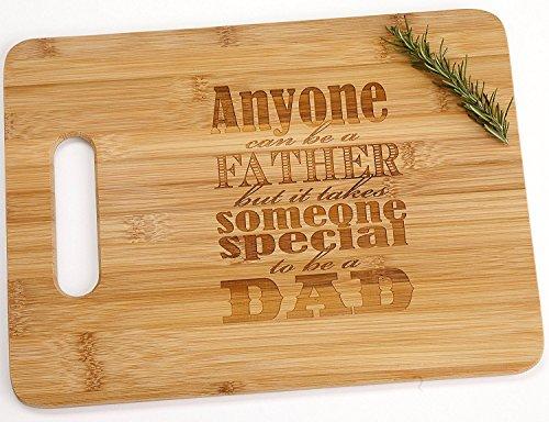 """Tabla de cortar de madera de bambú con mango para el día del padre con texto en inglés """"Anyone Can Be A Father But It Take Someone Special To Be A Dad"""""""
