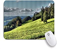 MISCERY マウスパッド 日の出前に霧の針葉樹林と丘の中腹の草原にあるファームハウスのモミの木 高級感 おしゃれ 防水 端ステッチ 耐久性が良い 滑らかな表面 滑り止めゴム底 24cmx20cm