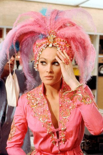 Nostalgia Store Ursula Andress in Casino Royale in rosa Outfit James Bond Girl