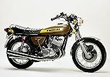 絵画風 壁紙ポスター (はがせるシール式) カワサキ 500-SS H1 マッハⅢ 茶黄 1975年 伝説のバイク キャラクロ K5SS-019A1 (A1版 830mm×585mm) 建築用壁紙+耐候性塗料
