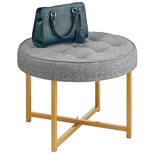 mDesign Escabel tapizado – Reposapiés redondo de metal y poliéster con tachuelas decorativas – Banqueta descalzadora para el pasillo, el dormitorio y otras habitaciones – gris oscuro y dorado