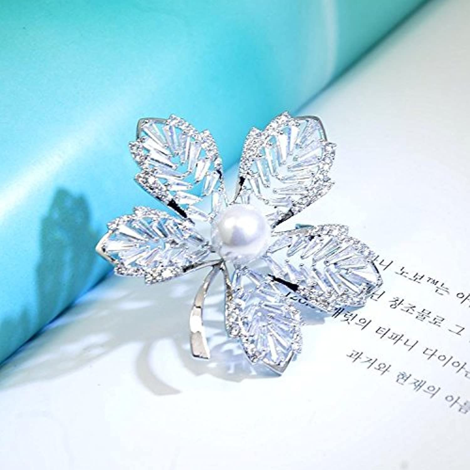 Christmas Gift Women Girls Crystal Maple Leaf Brooch pin Badge Exquisite Simplicity Temperament Zircon Brooch pin Badge Buckle Shawl Cardigan