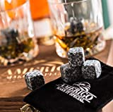Deluxe Whisky Steine Geschenkset - Sei anders bei der Geschenkauswahl - Luxus Handgemachte Holzkiste mit 2 Whiskey Gläsern - 8 Granit Kühlsteine + Samtbeutel - Whisky Stones Gift Set - 9