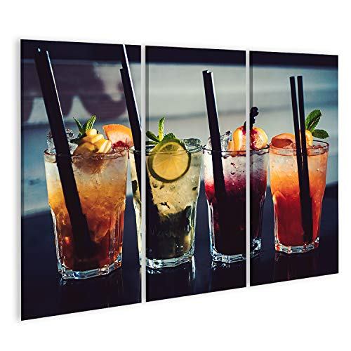 Quadro Moderno Un'intera Misura di Barre. Cocktail di Bevande Servite in Bicchieri con cannucce. Bevande ghiacciate in Bicchieri da Cocktail. Bevande alcoliche Miste con Ghiaccio. Bevande su