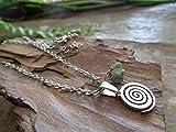 .。.: * ☆ ESPIRAL DE ACERO INOXIDABLE Y JASPI AFRICANO ☆ * .: 。. delicado collar antialérgico con pequeña espiral y piedra natural en verde