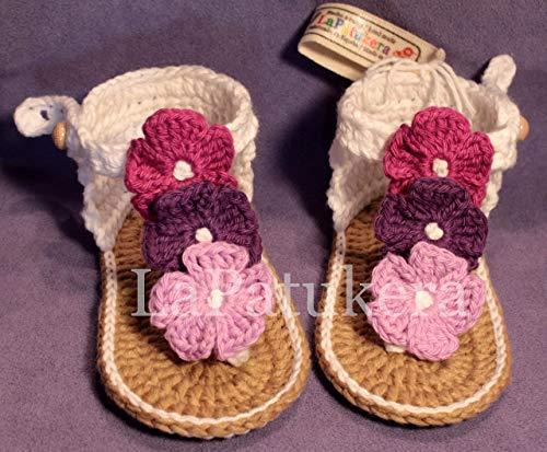 Patucos Sandalias modelo Hawai triflor para bebé de crochet, de color blanca y degradado de lilas, 100% algodón, tallas de 0 hasta 12 meses, hechos a mano en España.Regalo para bebé.