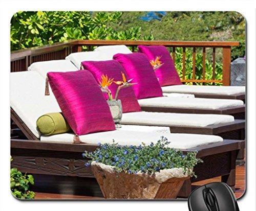 Ligstoelen in een tuin van een prachtig resort in Hilo Hawaii Mouse Pad, Mousepad (Flowers Mouse Pad)