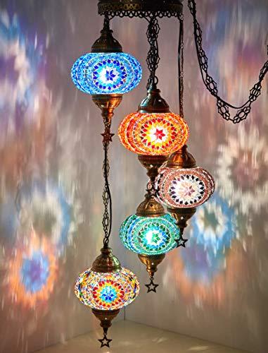お部屋全体をエキゾティックなムードで満たしてくれるトルコ・モロッコのモザイクシャンデリア。ブルー・グリーン・レッド・マルチカラーなど、とってもカラフル。これひとつでお部屋の印象をがらっと変えてくれます。長さがアシンメトリーなシャンデリアタイプも素敵。色とりどりの幻想的な光のアートでお部屋を満たしてみませんか?
