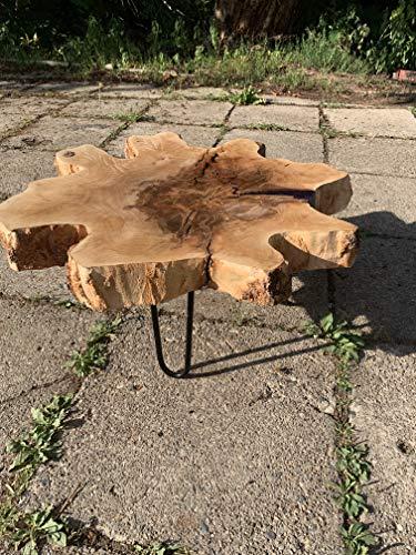 Rustikaler Couchtisch mit individueller Baumstammplatte mit Lila Epoxidharz Highlight