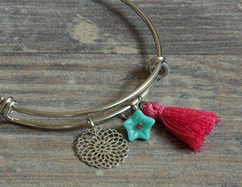 feiner silberner Armreif mit Mandala, kleiner Blüte in türkis und Quaste in pink