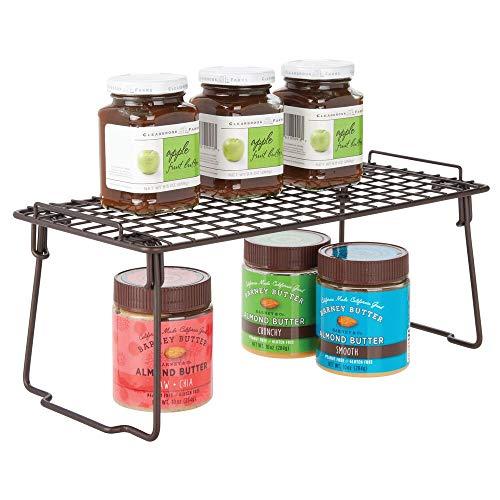 mDesign Estante apilable para almacenaje de cocina – Repisa metálica de cocina con patas plegables – Moderno organizador de armarios para la vajilla, latas de conservas y especias – color bronce