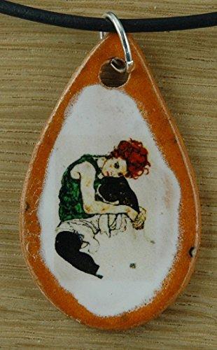 Echtes Kunsthandwerk: Toller Keramik Anhänger nachempfunden Sitzende Frau mit hochgezogenem Knie von Egon Schiele ; Künstler, Maler, Expressionismus, Gemälde, Kunstdruck