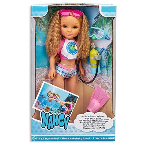Nancy, un día salvando Tortugas, muñeca de Pelo Rizado con Traje de baño y Accesorios de Buceo para niños y niñas a Partir de 3 años (Famosa 700016254)
