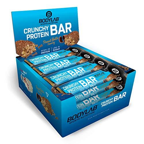 Bodylab24 Crunchy Protein Bar Peanut Butter 12 x 64g Vorratsbox, knuspriger Protein-Riegel mit Schokoladenüberzug, mit 20g Eiweiß pro Riegel, High-Protein Low-Sugar, Eiweiß-Riegel mit wenig Zucker