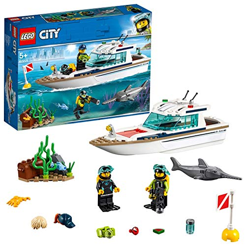 LEGO City Great Vehicles Yacht per Immersioni Subacquee con Minifigure dei Sub, Creature Marine e Pescespada, Set per Bambini dai 5 Anni in su, 60221