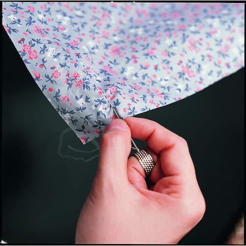 リング状の指ぬきは、利き手の中指の第一関節と第二関節の間の部分にはめて、針を押すように使います。  ぐし縫いがまっすぐ、きれいに縫えるんです。