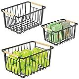 mDesign Juego de 3 cestas organizadoras – Cestas con asas de madera de distinto tamaño para baño, cocina, oficina, etc. – Cestas de metal para guardar objetos del hogar – negro mate y natural