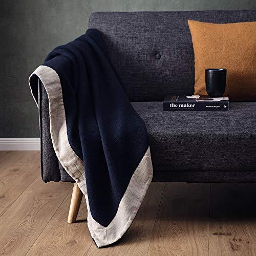 URBANARA 220x240 cm Wolldecke 'FYN' Dunkelblau/Natur — 100% Reine skandinavische Wolle — Ideal als Überwurf, Plaid oder Kuscheldecke für Sofa und Bett — Warme Decke aus Schurwolle mit Leinenborte