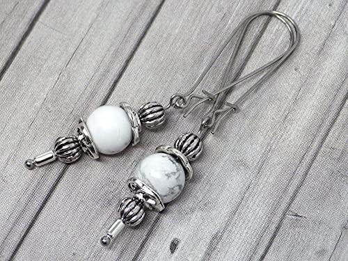 Pendientes Thurcolas de estilo vintage en howlita blanca montados sobre elegantes aros de acero inoxidable