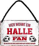 """Targa in metallo con scritta in lingua tedesca """"HIER WOHNT UN HALLE"""" per fan del calcio, articolo decorativo, idea regalo, 18 x 12 cm"""