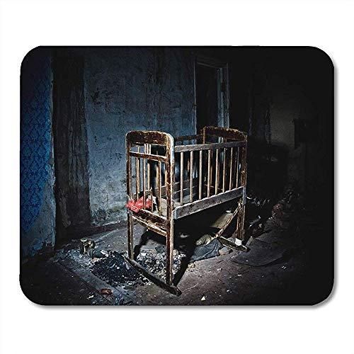 Antike alte gruselige unheimliche hölzerne Baby-Krippe in verlassenen ins Auge fallenden rutschfesten Spiel-Mousepads 18cmx22cm