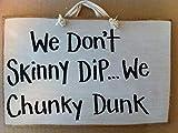Ral454ick Placa de Madera para Pared con Texto en inglés «We Dont Skinny Dip Chunky Dunk» para decoración de jacuzzis o SPA, 20 x 30 cm
