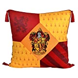 Elbenwald Harry Potter Almohada roja con borlas en el diseño de Gryffindor con Parche Cresta Bordado en los Colores de la casa de Color Amarillo 48 x 48 cm