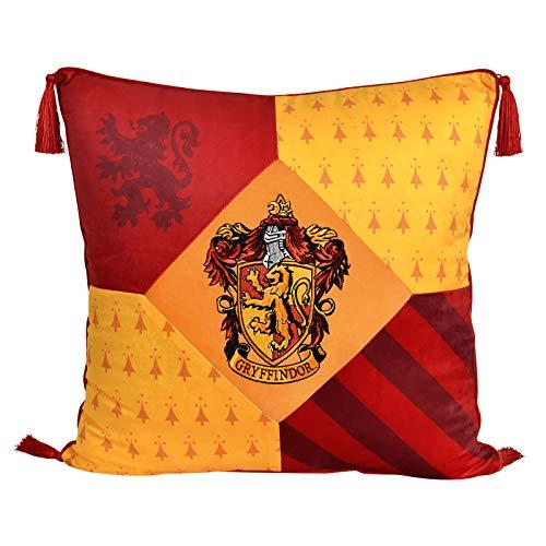 Elbenwald Harry Potter Kissen mit Quasten im Gryffindor Design mit gesticktem Wappenpatch in den Hausfarben rot gelb 48 x 48 cm