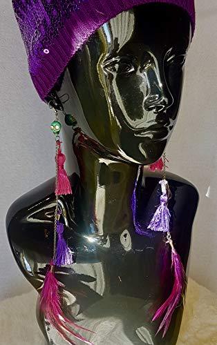 Pendientes largos de plumas, cadenas y tassels con una turquesa en forma de calavera.
