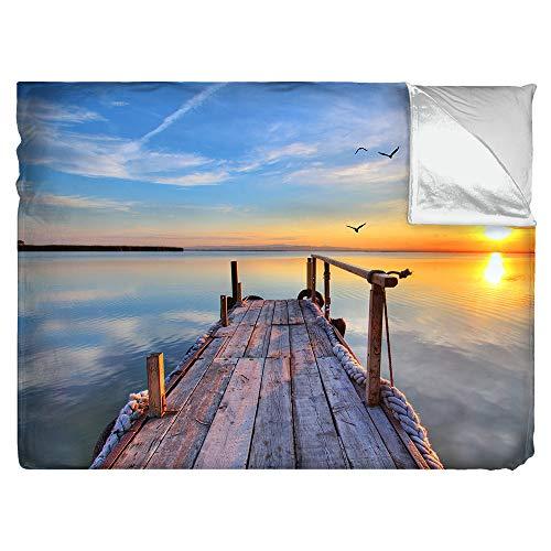Kuscheldecke Motiv See mit Steg • Größe: B 155 x H 125 cm • superweiche Fotodruck-Tagesdecke Premium • 3 Größen