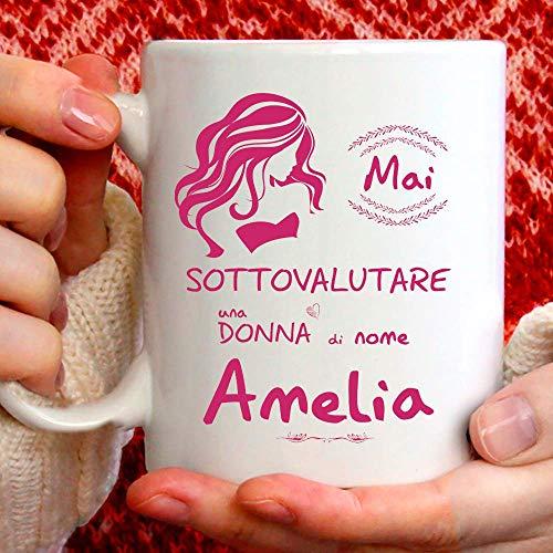 Taza Amelia divertida apta para desayuno, té, tisana, café o capuchino. Taza personalizada: nunca subestimar a una mujer de nomeAmelia. También como idea de regalo original y simpática