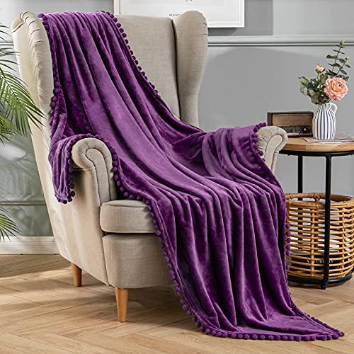 MIULEE Kuscheldecke Fleecedecke Flanell Decke mit Pompoms Einfarbig Wohndecken Couchdecke Flauschig Überwurf Mikrofaser Tagesdecke Sofadecke Blanket, 125x150cm, Lila