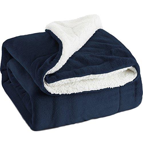 Bedsure Kuscheldecke Blau zweiseitige Decke aus Sherpa Fleece 150x200cm, extra warm& weich Wohndecke in Winter, super Flauschige Dicke Sofadecke, leichte Mikrofaser-Fleecedecke als Überwurf