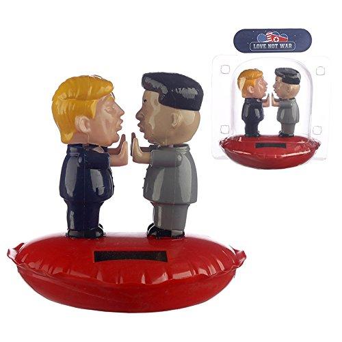 Wackelfigur Trump und Kim Jung 'In Love' (verliebt). Solar-Figur aus buntem Kunststoff, Maße: 11,5 x 9 10 cm (HxBxT); ideal als Wichtelgeschenk oder Geschenkidee für politisch motivierte Menschen.