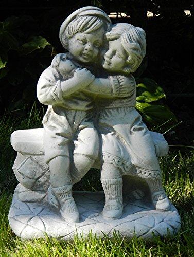 Skulptur Gartenfigur aus Beton Figur Mädchen und Junge auf Bank H 33 cm Dekofigur und Gartenskulptur