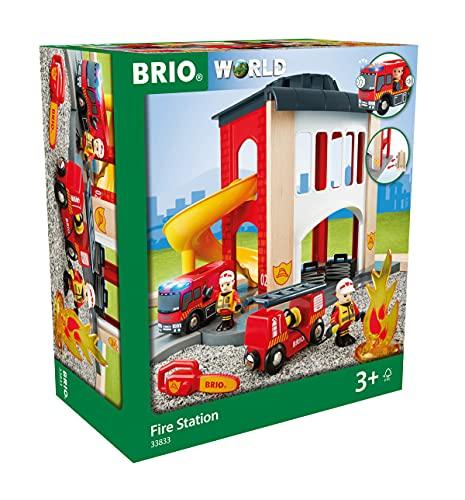 BRIO World 33833 Große Feuerwehr Station – Feuerwache mit Feuerwehr-Einsatzfahrzeug und Feuerwehrmann – Kleinkindspielzeug empfohlen ab 3 Jahren