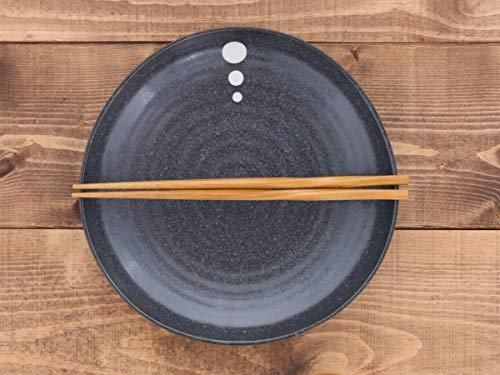 黒一色でセットするのも素敵ですが、ちょっとアクセントが入ったお皿は雰囲気も重くなりすぎず、モダンに見えます。アクセントの色に合わせた取り皿や小鉢を使うとおしゃれ感がアップしますよ。直径約22.8cm。