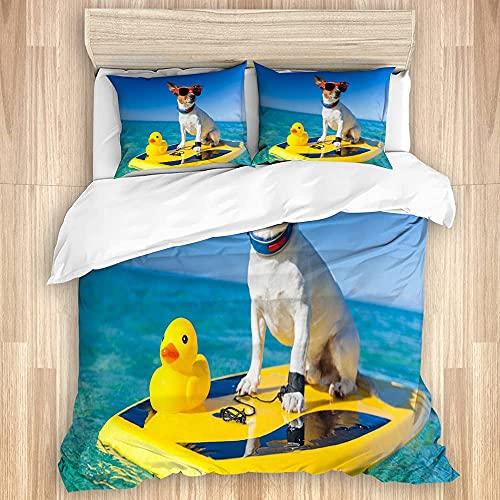 KOSALAER Funda de edredón, diseño de perro en una tabla de surf con gafas de sol con un pato de goma de plástico amarillo en la orilla del océano, juego de ropa de cama suave con cierre de cremallera