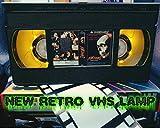Retro VHS Lampe, Evil Dead 2 Horror, tolles Geschenk für jeden Film-Fan, perfekt für eine Männerhöhle oder Heimkino-Zimmer, USB betrieben mit Fernbedienung
