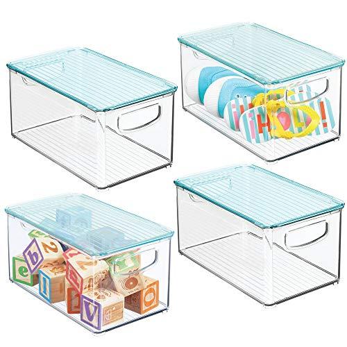 mDesign Juego de 4 cestas organizadoras con tapa para habitación infantil – Caja para juguetes con prácticas asas – Espacioso contenedor plástico sin BPA para pañales y más – transparente/azul claro