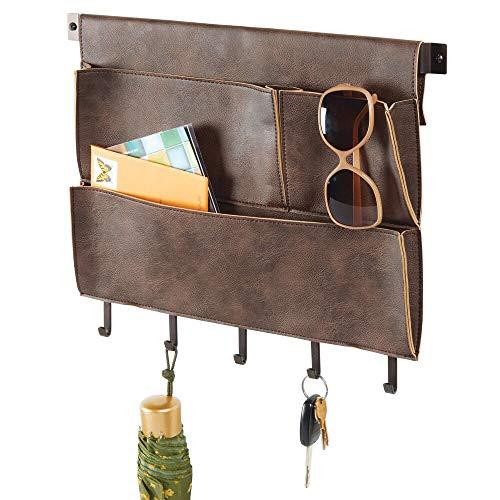 mDesign Portalettere e portaoggetti da appendere – Tasca portaoggetti da parete con 3 tasche e 5 ganci – Portachiavi da parete in elegante similpelle per posta, chiavi, accessori – marrone