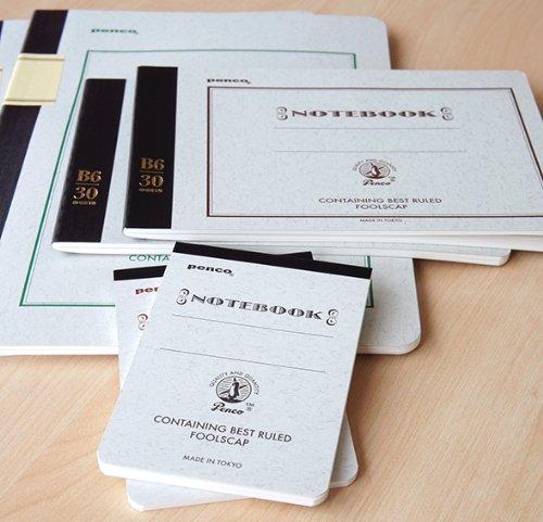 """「Penco(ペンコ)」の""""Foolscap Notebook(フールスキャップノート)""""は品質、サイズ、価格のすべてが大満足なノート。大学ノートをベースに作られているので、なじみのある使い勝手の良さです。そのまま出しておいてもOKなおしゃれなデザインです。"""