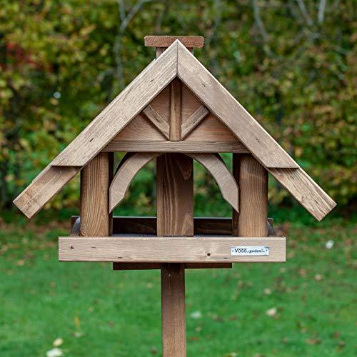 VOSS.garden Vogelhaus Herte, mit Standfuß und Futter-Schornstein, ganzjährig verwendbar, imprägniertes Fichtenholz, Vogelfutterhaus Futterplatz Vogelfutterstation