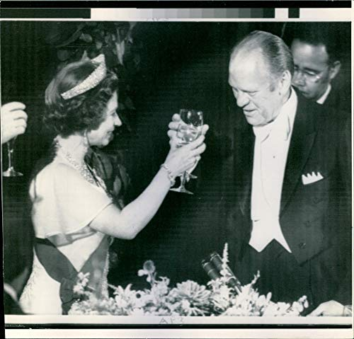 Queen Elizabeth II toast President Ford during a State dinner in Her Majesty's honour at the White House - Vintage Press Photo