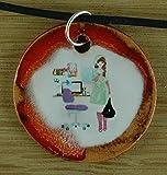 Echtes Kunsthandwerk: Hübscher Keramik Anhänger mit einer Schülerin; Mädchen, Teenager, Schule, Geschenk, Kette
