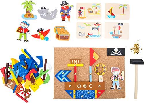 Small Foot 10226 Jeu de clous bois, planche en liège avec motifs de pirates à façonner, à partir de 6 ans jouet de motricité