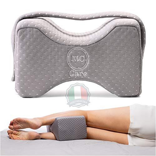 McCare Orthopädisches Kniekissen - Kissen für Seitenschläfer, mit Halteband, aus Memory-Foam & Bambusfasern - Orthopädische Schlafkissen gegen Rückenschmerzen, Schlafprobleme - Bezug abnehmbar