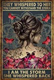 Cartel retro de metal con texto en inglés «They Whispered To Her You Can't Withstand The Storm» con texto en inglés «I Am The Storm She Whispered Back», diseño de mariposas, 20,3 x 30,5 cm
