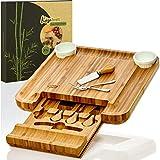 bambuswald© tabla de quesos ecológicos XXL incl. 4 cuchillos para queso hechos de bambú | 34x34x4,5cm y un cajón | sirviendo galletas de queso salami